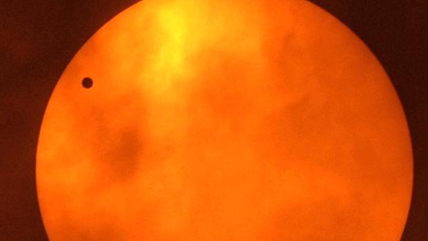 <p>Passagem de Vênus entre a Terra e o Sol foi registrada na Tailândia na terça-feira</p>