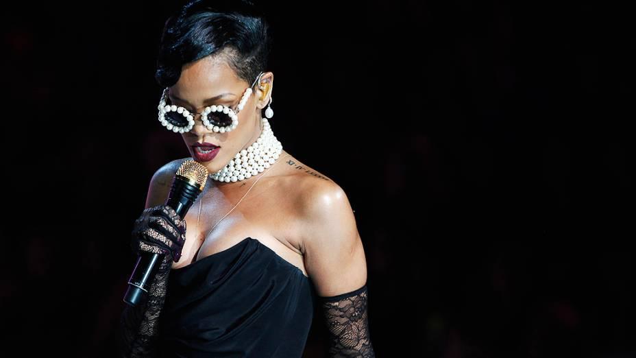 Cantora Rihanna se apresenta durante o Victorias Secret Fashion 2012, Nova York
