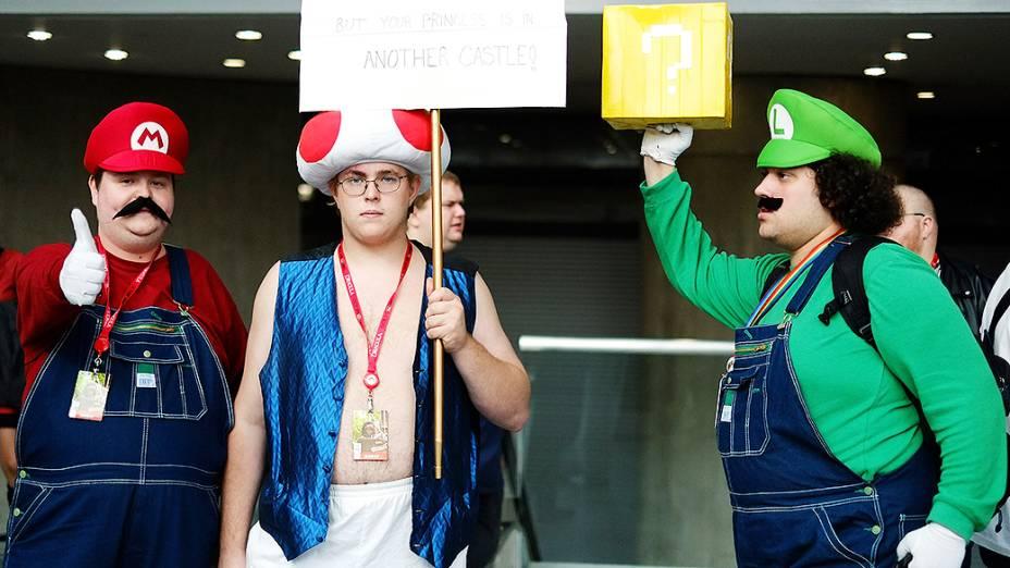 Visitantes usam fantasia de personagens do jogo Super Mario Bros durante a Comic Con 2013