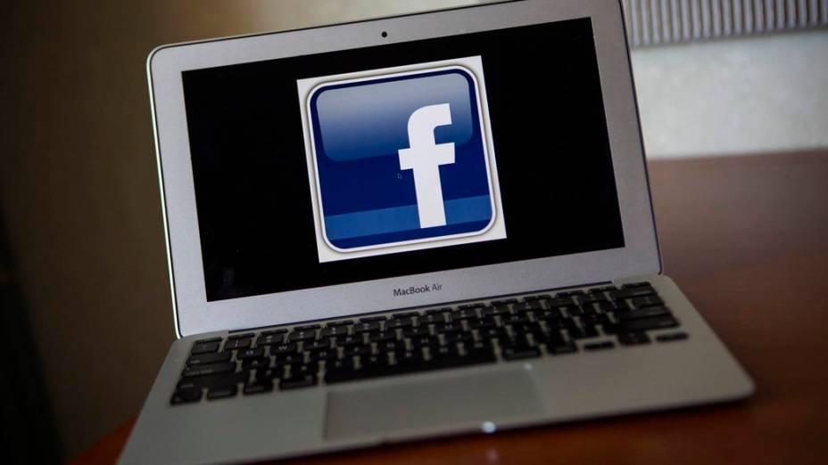 Logo do Facebook em um MacBook Air