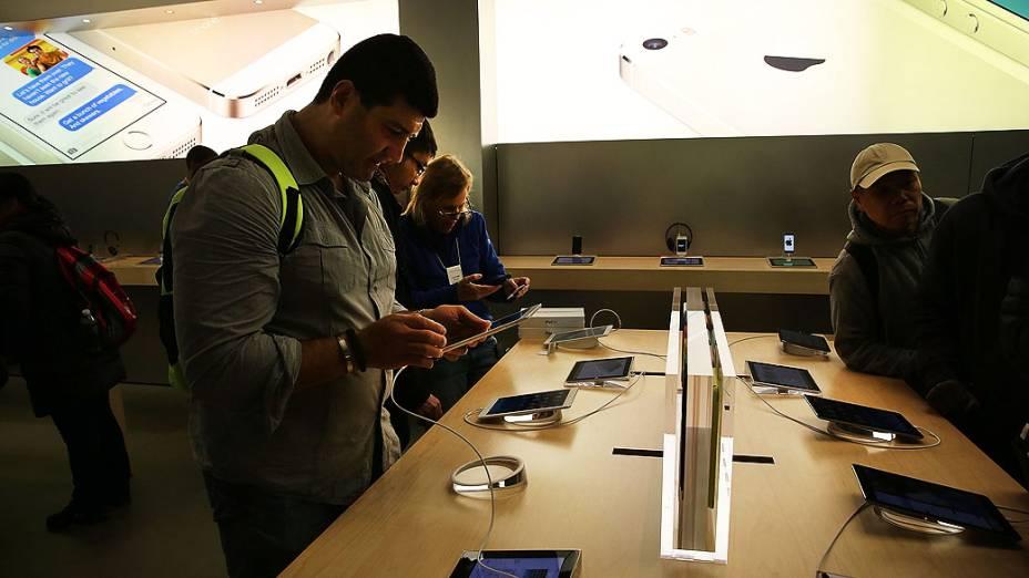 Pessoas observam novo iPad Air na Apple Store, em Nova York