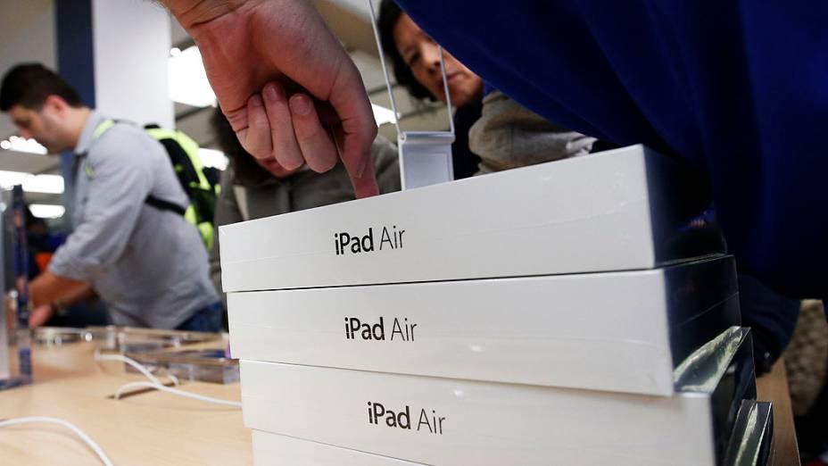 Funcionário empilha novos iPad Air para os clientes dentro da Apple Store na Quinta Avenida, em Nova York