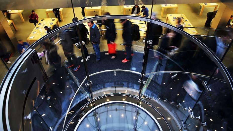Primeiros clientes formam fila para comprar o novo iPad Air, em Nova York