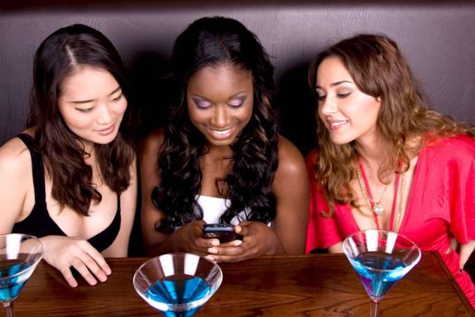 vida-digital-lulu-mulheres-celular-bar-balada-20131124-01-original.jpeg