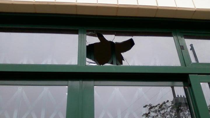 """Entre os problemas que Isadora cita no """"Diário de Classe"""", está o vidro quebrado: """"Essa janela fica bem na frente da escola e eles não têm vergonha de mostrar"""""""