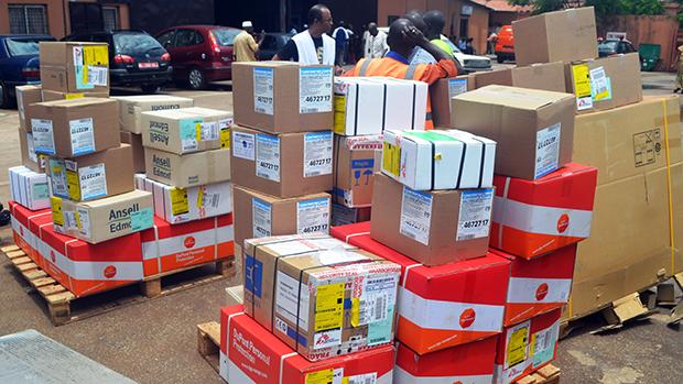 Equipedo Médicos Sem Fronteiras supervisiona a descarga de materiais de proteção e saúde em geral,no aeroporto de Conacri, na República da Guiné,para o combatea propagação do vírus Ebola e tratar as pessoasjá infectadas. O número de mortos em surto de Ebola na África Ocidental subiu para 603, segundo divulgação da Organização Mundial da Saúde (OMS), com focoem Serra Leoa eNigéria
