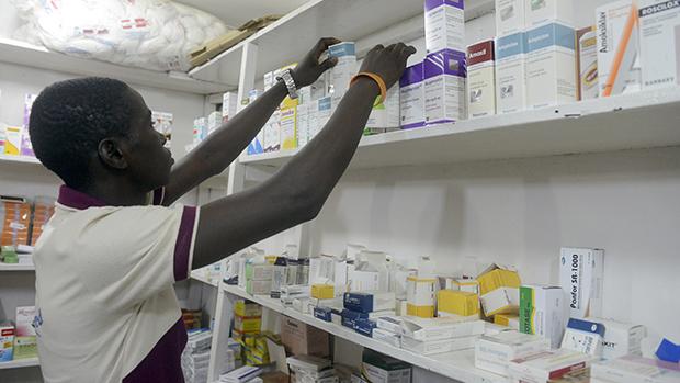 Um farmacêutico procura por medicamentos em uma farmácia da cidade de Lagos, na Nigéria.O país declaroualerta contra a propagação doEbola, um dia após a primeira morte pelo vírus ser confirmada na região