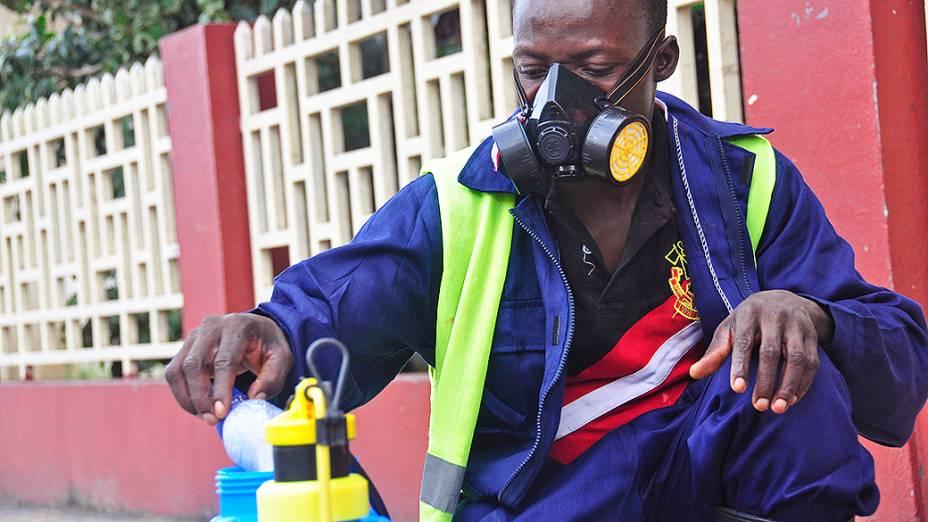Funcionário da saúde prepara uma solução para prevenir a propagação do vírus Ebola, na Libéria