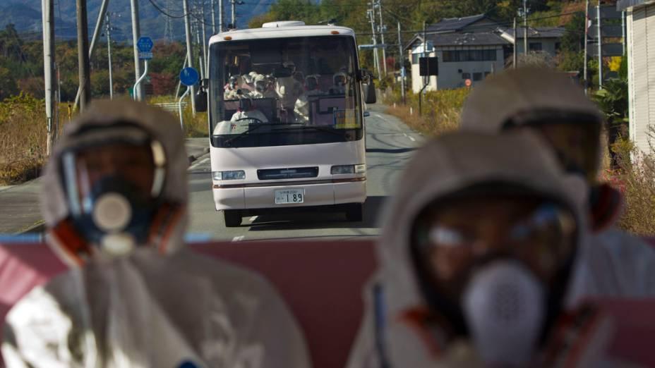Ônibus levam jornalistas até a usina nuclear de Fukushima, no Japão. A visita foi a primeira vez em que a imprensa é autorizada a entrar no local, após os desastres de Março de 2011