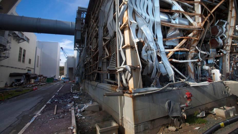 Prédio destruído dentro do complexo da usina nuclear de Fukushima, no Japão