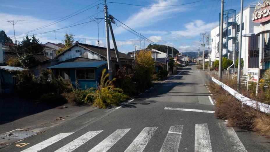 Rua deserta dentro da área de exclusão por contaminação, próximo a usina nuclear de Fukushima, no Japão