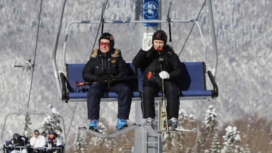 Dimitri Medvedev e Vladimir Putin visitam o resort Rosa Khutor no sul da Rússia durante a Copa Europeia de Esqui, em fevereiro de 2011