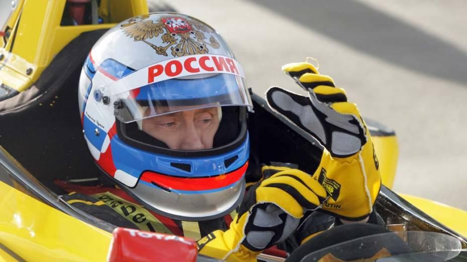 Vladimir Putin antes de conduzir um carro de corrida F1 em São Petersburgo em novembro de 2010