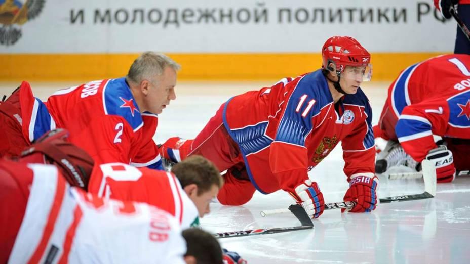 Vladimir Putin durante treino de hóquei no gelo em Moscou, novembro de 2011