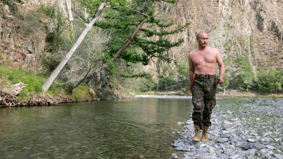 Vladimir Putin caminha ao longo do rio Khemchik na Sibéria em agosto de 2007