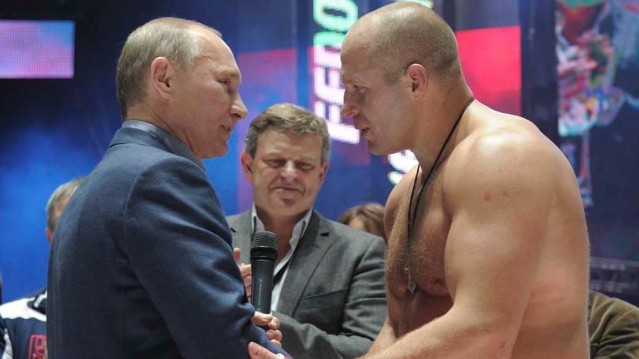 Vladimir Putin parabeniza o lutador de luta de artes marciais Fedor Emelianenko em Moscou, novembro de 2011