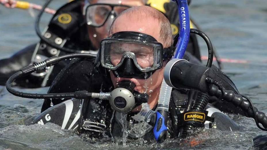 Vladimir Putin após mergulhar na Península de Taman na Rússia em agosto de 2011