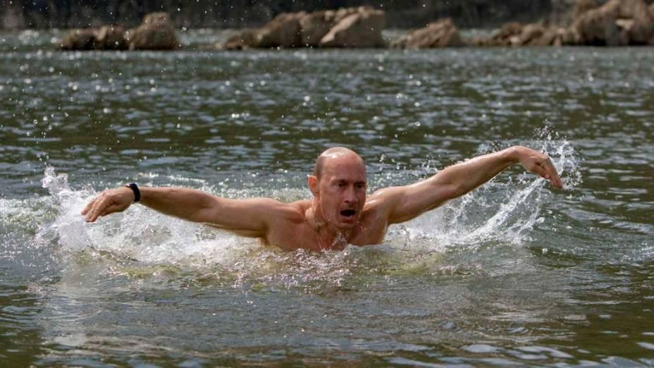 Vladimir Putin em um lago ao sul da Sibéria em agosto de 2009