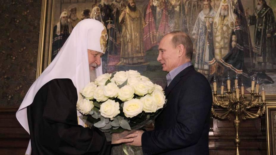 Vladimir Putin presenteia com flores Cirilo I, o bispo ortodoxo da Rússia, no seu 65º aniversário em Moscou, novembro de 2011