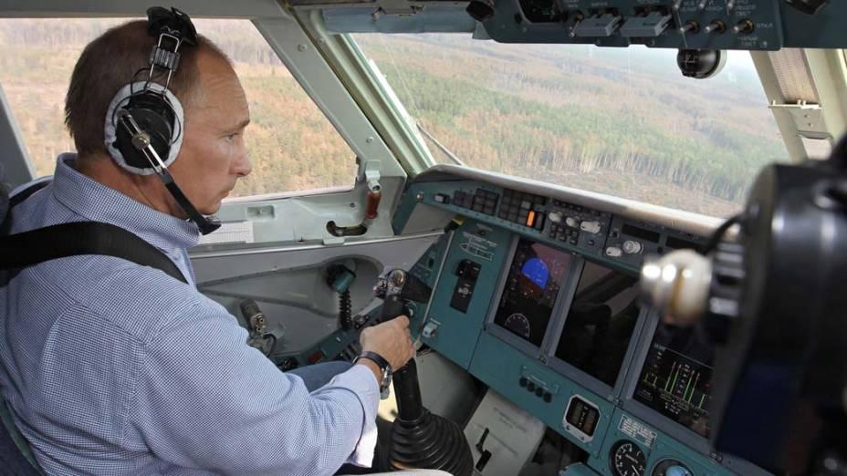 Vladimir Putin em aeronave que combate a incêndios na Rússia, agosto de 2010