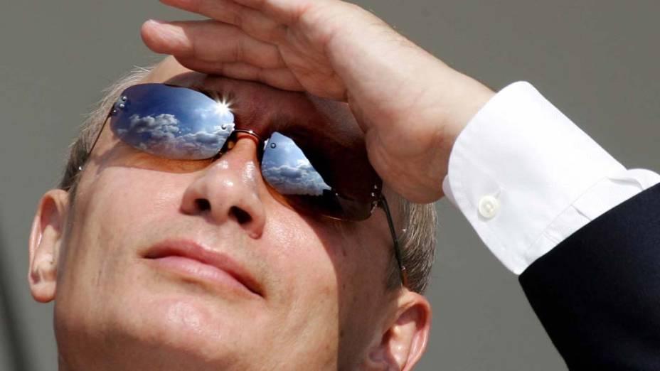 Vladimir Putin durante uma demonstração de vôos no Salão Aeroespacial MAKS-2005