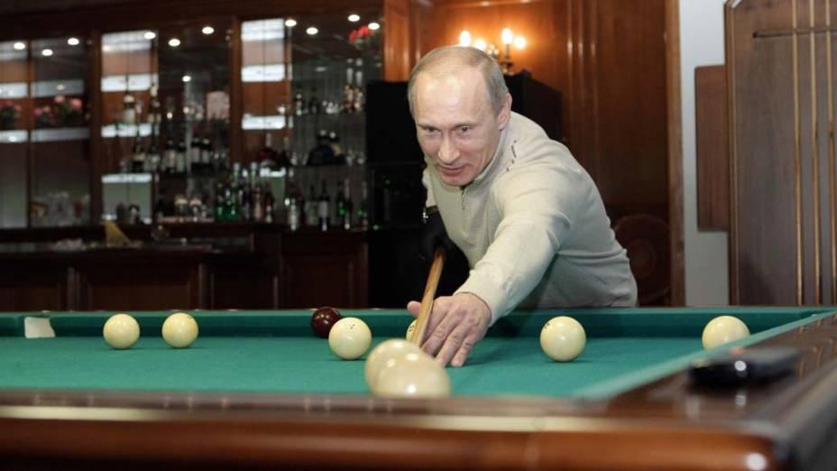 Vladimir Putin joga bilhar em um resort em Sóchi no Mar Negro em dezembro de 2010