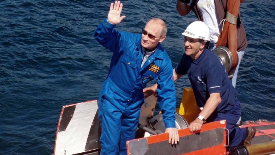 """Vladimir Putin no submarino """"Mir-1"""" no lago Baikal na Sibéria em agosto de 2009"""