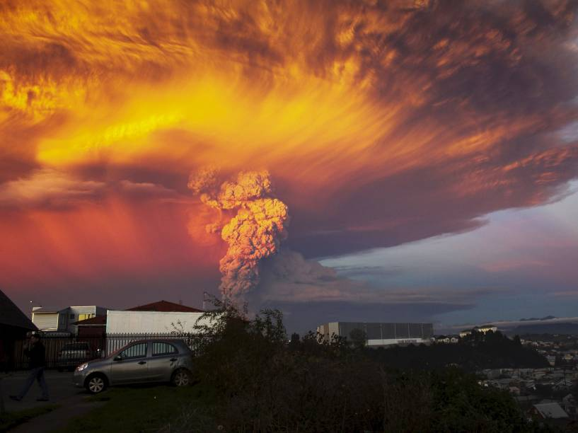 Fumaça e cinzas são vistas a partir do vulcão Calbuco nas proximidades da cidade de Puerto Montt, no sul do Chile