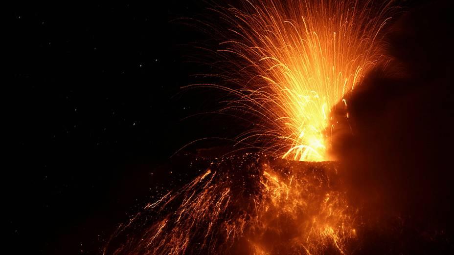 <p>Vulcão Tungurahua expele lava e cinzas perto de Banos, no sul do Equador</p>