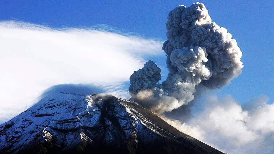 <p>O vulcão equatoriano Tungurahua é visto expelindo cinzas. Sua atividade aumentou no domingo, com explosões e intensos rugidos</p>