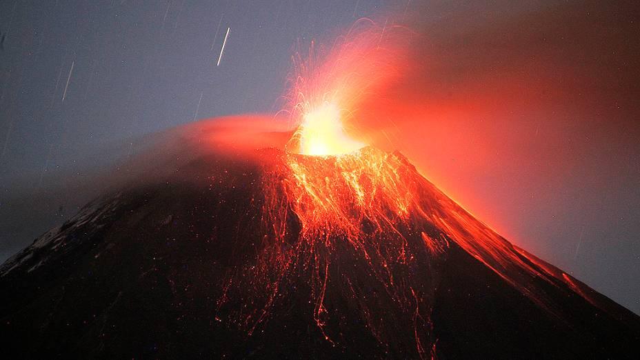 <p>Vulcão Tungurahua expele lava e cinzas perto de Banos, no sul do Equador. As autoridades equatorianas encorajaram os moradores de localidades vizinhas a deixarem suas casas devido ao incremento da atividade vulcânica</p>