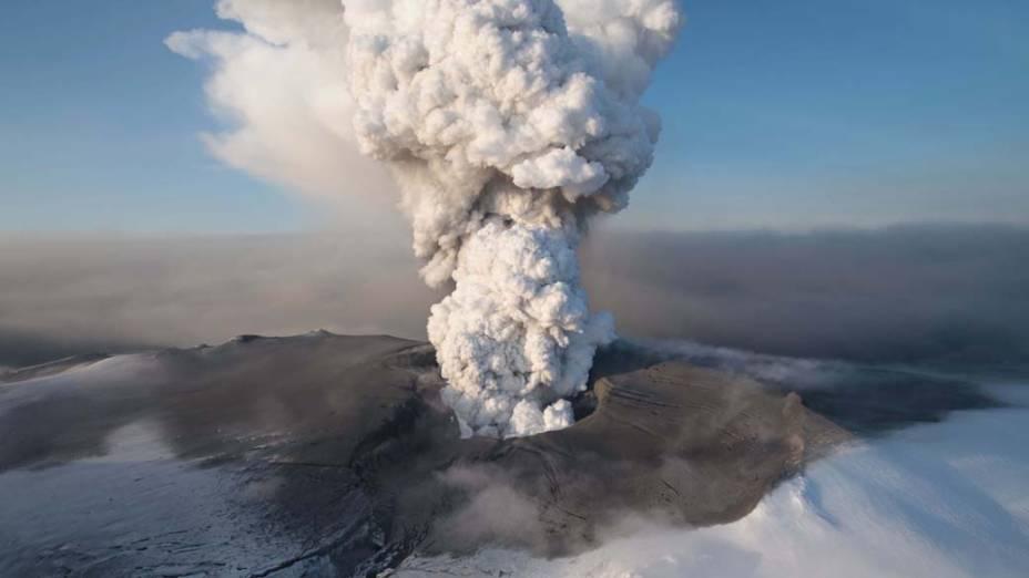 <p>A erupção do vulcão Eyjafjallajokul, Islândia, em 2010 provocou interrupção do tráfego aéreo na Europa devido a quantidade de fumaça expelida</p>