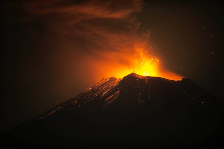 <p>Vulcão Popocatépetl em intensa atividade, lança cinzas e material incandescente no México</p>