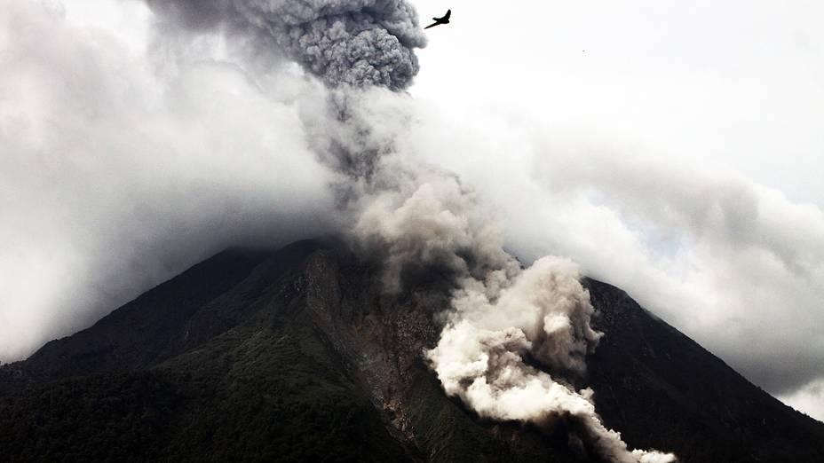 <p>Monte Sinabung expele cinzas vulcânicas nesta terça-feira (6), no norte de Sumatra (Indonésia). O que forçou a evacuação de moradores que vivem próximo à base do monte</p>