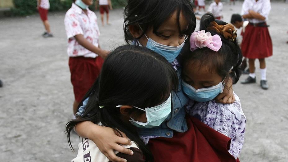 <p>Moradores da vila de Tiga Nderket, na Indonésia, usam máscaras para se proteger das cinzas vulcânicas expelidas pelo vulcão Monte Sinabung</p>