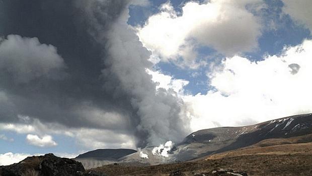 <p>Cratera do vulcão Tongariro, na Nova Zelândia, expele coluna de fumaça</p>
