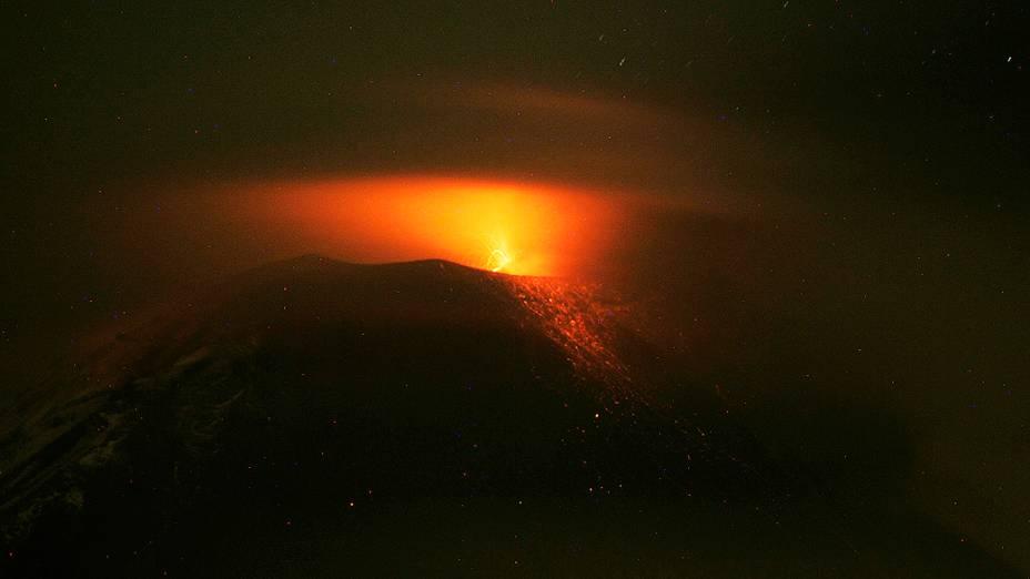 <p>Vulcão Tungurahua expele nuvens de gás e cinzas perto de Banos, no sul do Equador</p>