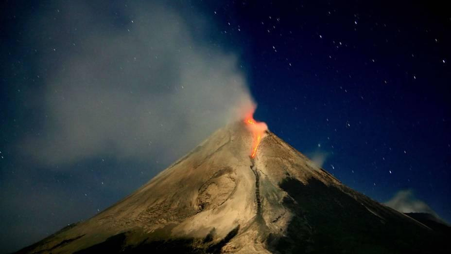 <p>Monte Merapi localizado na ilha de Java na Indonésia</p>