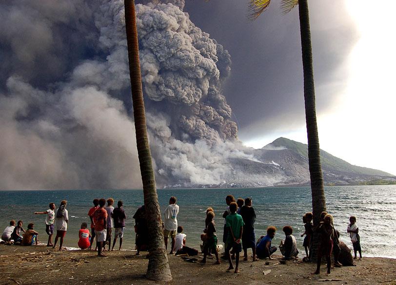 <p>Tavurvur ou Tuvurvur localiza-se na Nova Bretanha, em Papua Nova Guiné</p>
