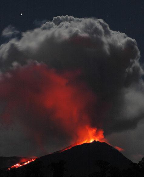 <p>O vulcão Reventador, localizado a nordeste da capital Quito, registra intensa atividade, provocando sempre sinais de alerta para a população</p>