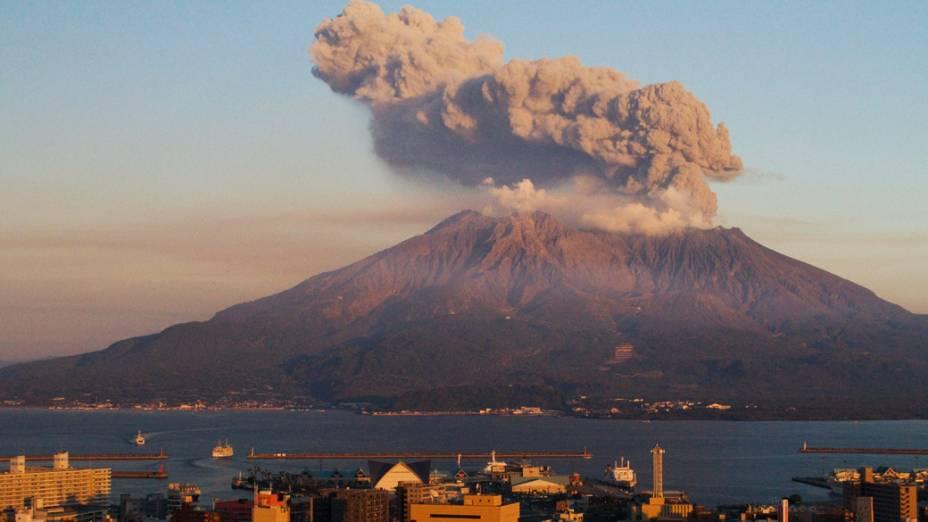 <p>O vulcão Sakurajima está localizado em uma área densamente povoada do Japão. Os mais de 680.000 habitantes da cidade de Kagoshima são regularmente obrigados a deixar suas residências para exercícios de segurança</p>