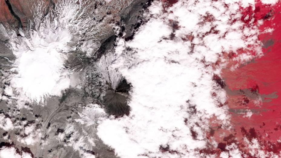 <p>Vista de satélite do vulcão Klyuchevskaya na Russia</p>
