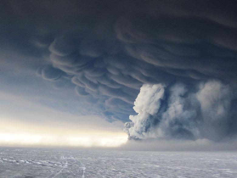 <p>A erupção do vulcão Grimsvotn, na região de Vatnajökull, envia milhares de toneladas de cinzas vulcânicas no céu na Islândia</p>