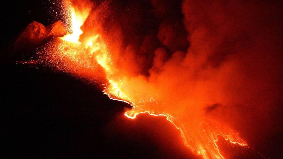 <p>Erupção do vulcão Etna, na região da Sicília, Itália</p>
