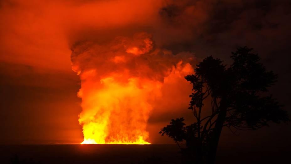 <p>O vulcão Nyamulagira, localizado no Parque Nacional de Virunga na República Democrática do Congo, entra em erupção, em média a cada dois anos</p>