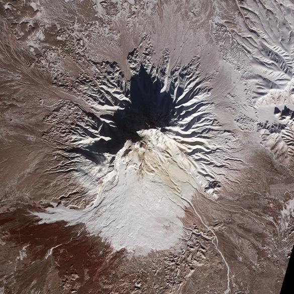 <p>Vista de satélite do vulcão Shiveluch na Rússia</p>