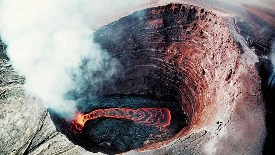 <p>Vista aérea do cone do vulcão Kilauea no Havaí, Estados Unidos</p>