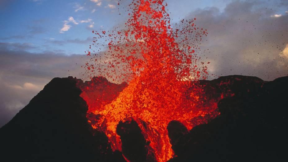 """<p>Piton de la Fournaise é também conhecido localmente como """"Le Volcan"""" (O Vulcão, em francês), é uma grande atração turística na ilha da Reunião território francês no Oceano Índico, e um dos vulcões mais ativos da Terra</p>"""