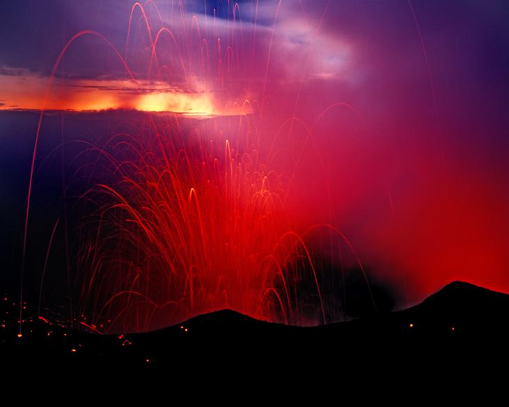 """<p>O Yasur, na Ilha Tana que pertence ao arquipélago de Vanuatu, mantém uma taxa constante de erupções, mas as estas são de magnitude pequena. É um dos muitos vulcões do """"Anel de Fogo do Pacífico""""</p>"""