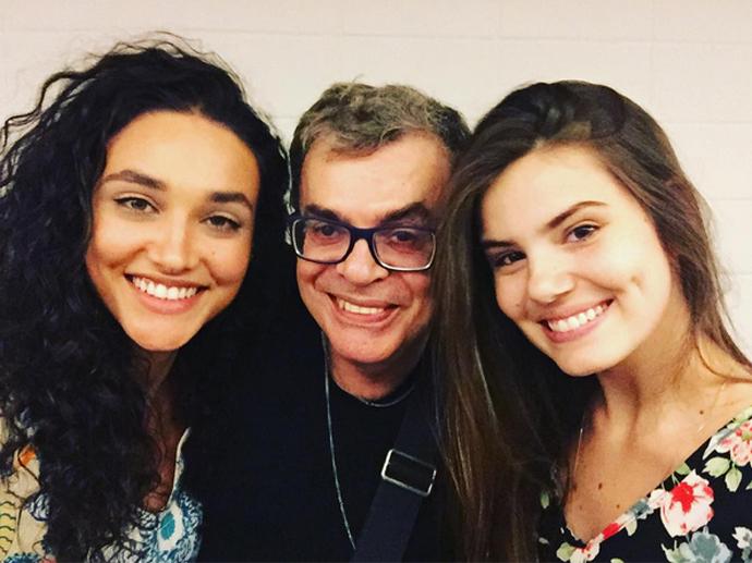 Walcyr Carrasco posa com Débora Nascimento e Camila Queiroz